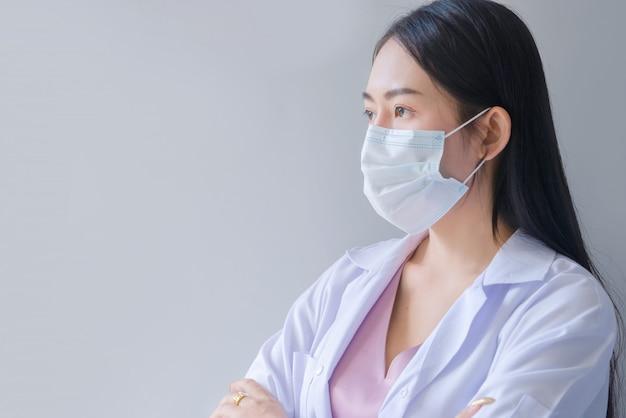 Ärztin blick auf fenster