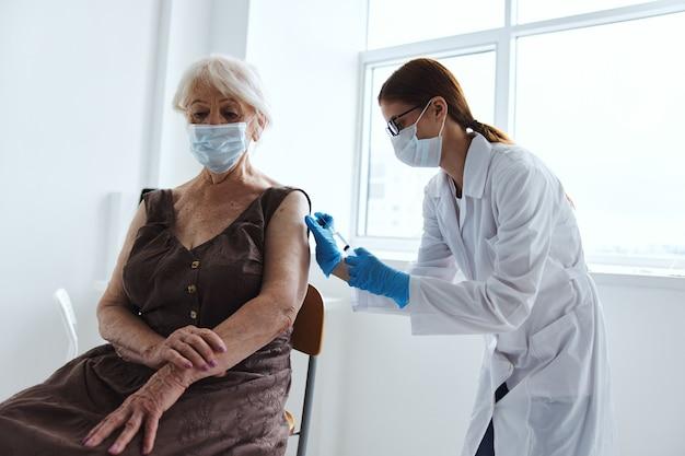 Ärztin covid-pass-medikamenteninjektion