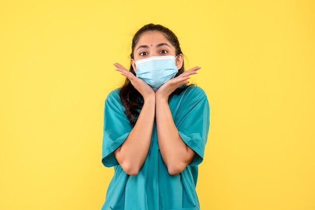 Ärztin der vorderansicht, die ihre hände verbindet