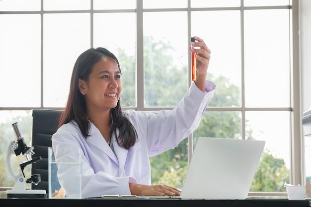 Ärztin, die am schreibtisch arbeitet am laptop im büro sitzt