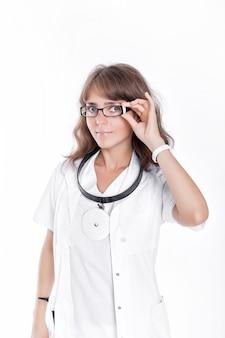 Ärztin, die brille und medizinischen mantel trägt