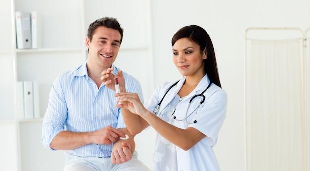 Ärztin, die eine einspritzung vorbereitet
