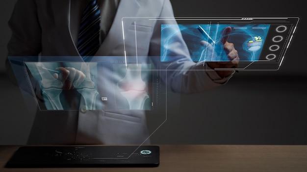 Ärztin, die eine menschliche anatomie auf dem futuristischen hologramm der medizinischen untersuchung überprüft
