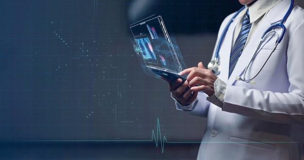 Ärztin, die eine menschliche anatomie auf dem head-up-display überprüft, medizinische untersuchungshologrammanzeige