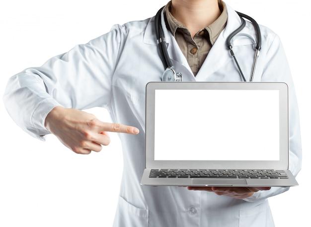 Ärztin, die einen laptop, lokalisiert auf weißem hintergrund hält