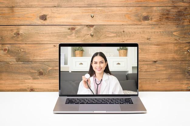 Ärztin, die einen videoanruf im sozialen netzwerk mit patientenberatung über gesundheitsprobleme tätigt.