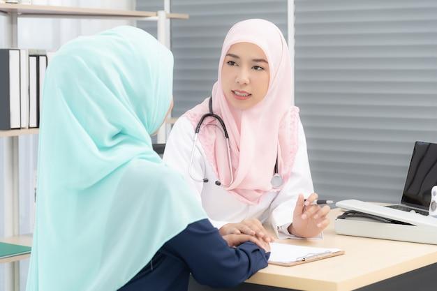 Ärztin, die einer patientin rat gibt.