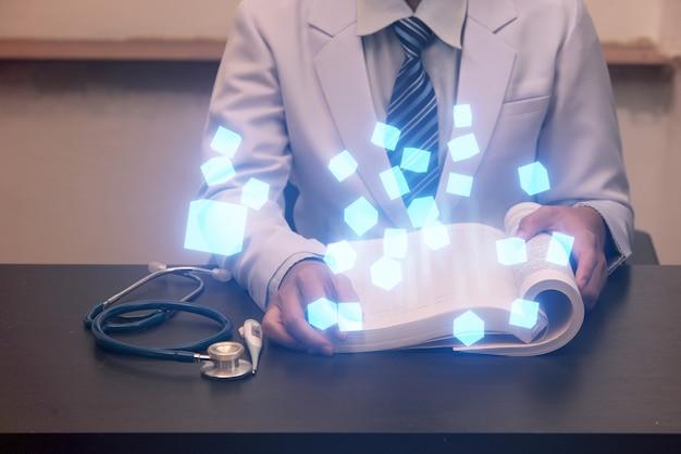 Ärztin, die hand auf intelligentem gerät hält, modernes medizinisches konzept