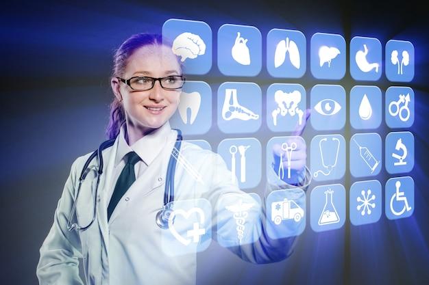 Ärztin, die knöpfe mit verschiedenen medizinischen ikonen bedrängt