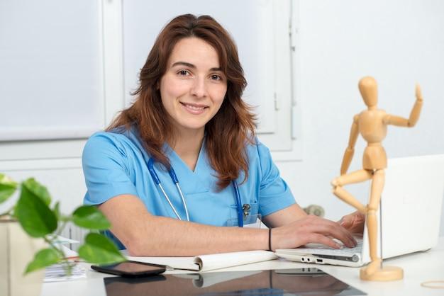 Ärztin, die mit laptop arbeitet