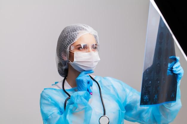 Ärztin, die mri eines geduldigen gehirns in ihrem büro untersucht