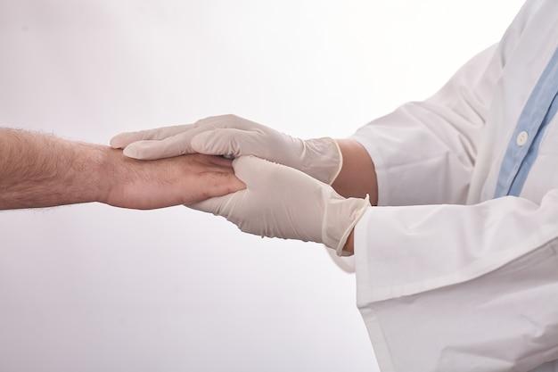 Ärztin, die patientenhand hält