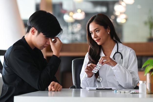 Ärztin, die ratschläge gibt und die behandlung des patienten erklärt.