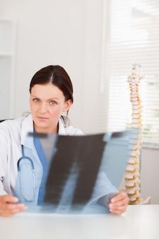 Ärztin, die röntgenstrahl hält