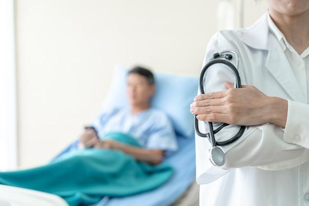 Ärztin, die stethoskop hält