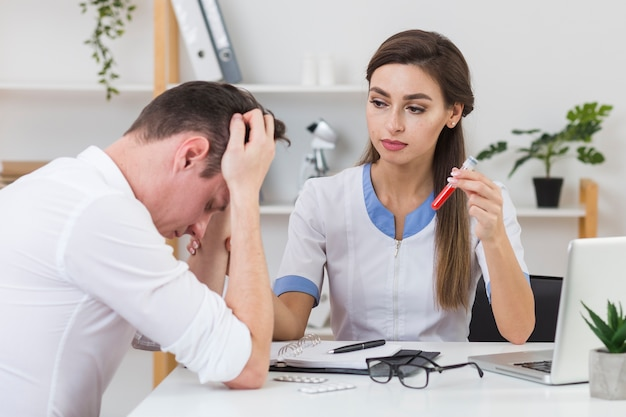 Ärztin, die traurigen patienten betrachtet