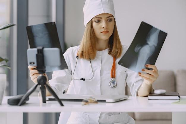 Ärztin, die vlog video über medizin aufzeichnet