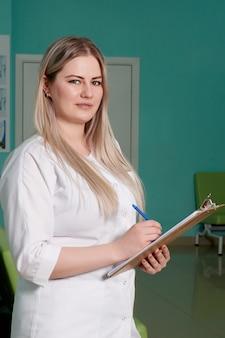 Ärztin, die zwischenablage mit aufzeichnungen hält. medizinische versorgung, versicherung, verschreibung, medizinisches papier