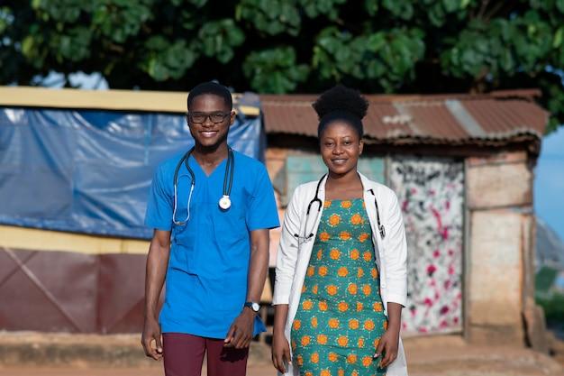 Ärztin für humanitäre hilfe in afrika, die sich um patienten kümmert