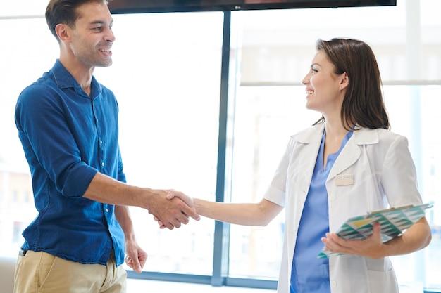 Ärztin grüßt patientin
