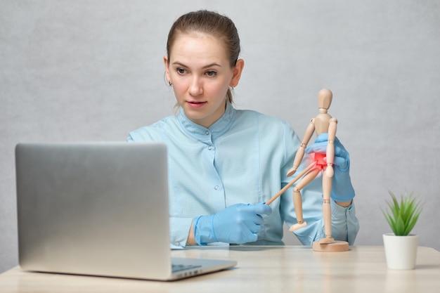 Ärztin hält einen online-vortrag über gynäkologie.
