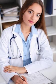 Ärztin halten halten in arm silbernen stift