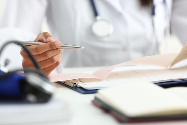Ärztin hand halten silber stift füllung