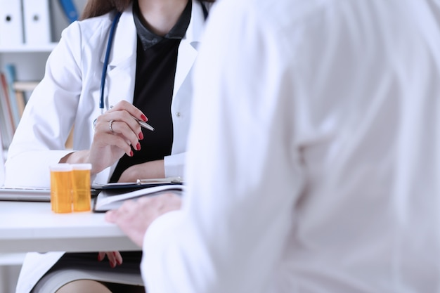 Ärztin hand halten silberstift