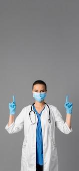 Ärztin im krankenhaus mit maske