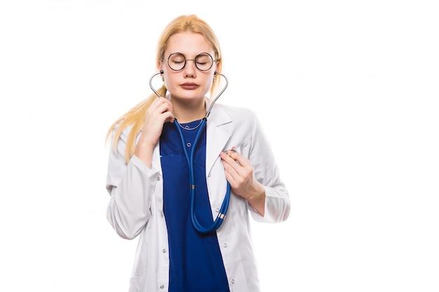 Ärztin im weißen mantel mit stethoskop