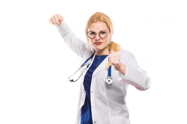 Ärztin im weißen mantel zeigt ihre fäuste