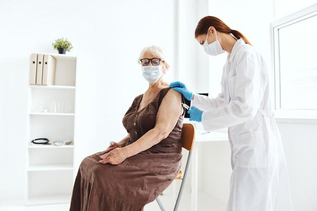 Ärztin immunisierung sicherheit krankenhausbehandlung. foto in hoher qualität