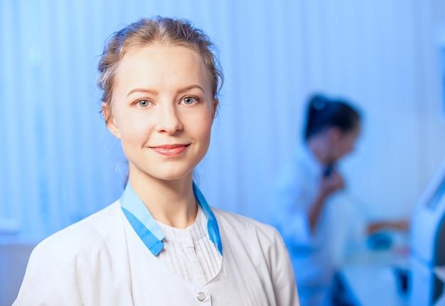Ärztin in einem weißen bademantel im modernen labor