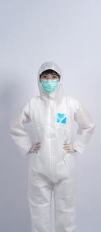 Ärztin in psa oder persönlicher schutzausrüstung und medizinischer maske und handschuh zum schutz