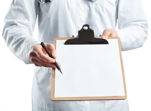 Ärztin in uniform mit zwischenablage