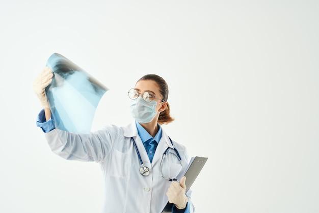 Ärztin in weißkittel medizin krankenhaus röntgendiagnostik. foto in hoher qualität