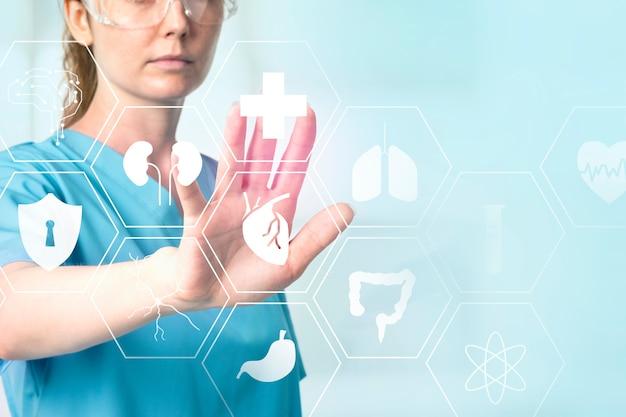 Ärztin mit datenbrille, die medizintechnik mit virtuellem bildschirm berührt