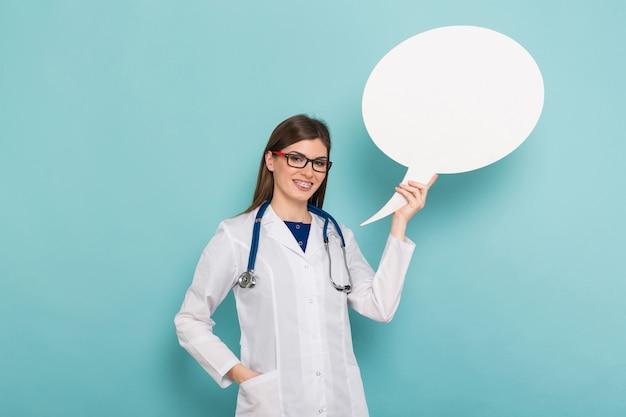 Ärztin mit denkender spracheblase