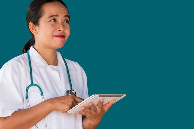 Ärztin mit digitaler tablette
