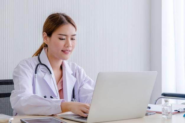Ärztin mit laptop