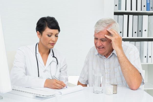 Ärztin mit männlichen patienten lesen berichte