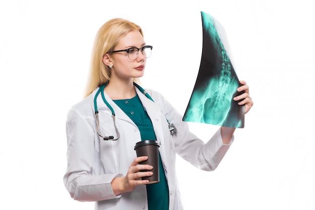 Ärztin mit röntgenstrahl und kaffee