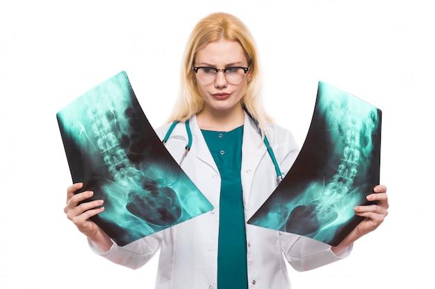 Ärztin mit röntgenstrahlen