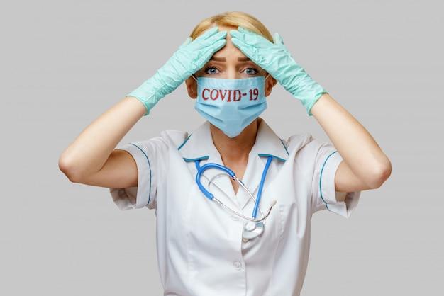 Ärztin mit schutzmaske und gummi oder latexhandschuhen kopfschmerzen und stress