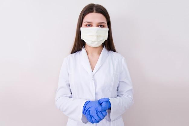 Ärztin mit schutzmaske und handschuhen.