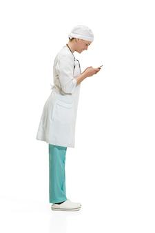 Ärztin mit smartphone. gesundheitskonzept