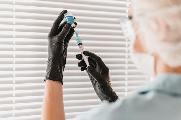 Ärztin mit spritze und impfstoff Premium Fotos