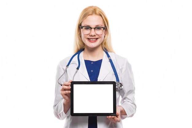 Ärztin mit stethoskop- und tabletten-pc