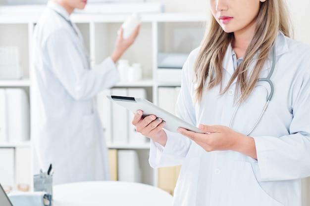 Ärztin mit tablet-computer