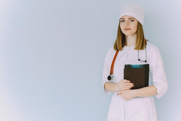 Ärztin mit weißem mantel im krankenhaus